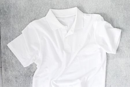 나무 테이블에 흰 셔츠