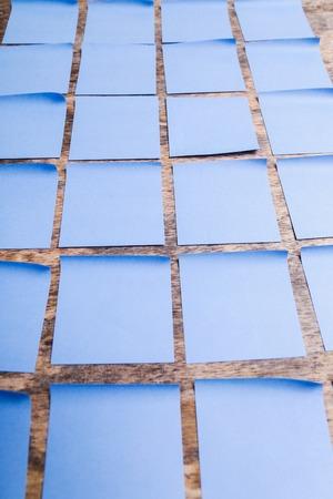 notas adhesivas: Muralla de azul notas adhesivas Foto de archivo