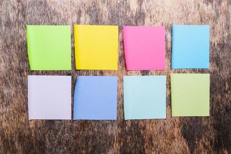 notas adhesivas: Notas adhesivas de colores en la mesa de madera Foto de archivo