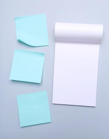 notas adhesivas: Notas pegajosas sobre un fondo gris