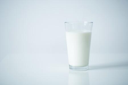 Glas Milch auf dem Tisch