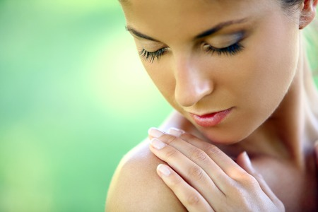 belle brune: Belle jeune femme caucasien sur fond vert