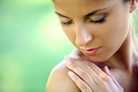 Mooie jonge blanke vrouw op een groene achtergrond Stockfoto