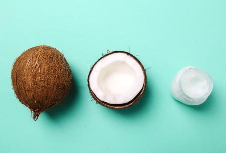 aceite de coco: Bebida. Coco en la mesa Foto de archivo