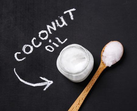 aceite de coco: Bebida. El aceite de coco en la mesa
