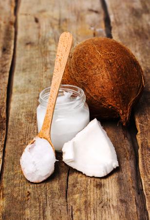 Coconut auf dem Holztisch Standard-Bild