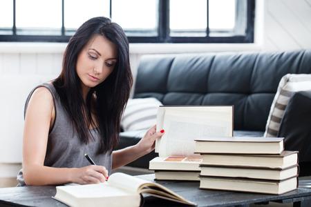 Lebensstil, Studie. Schöne Mädchen mit einem Buch