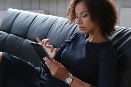 afroamericanas: Oficina, estilo de vida. Mujer con el peinado afro-americana