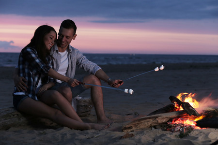 fogatas: Hermosa pareja en la playa