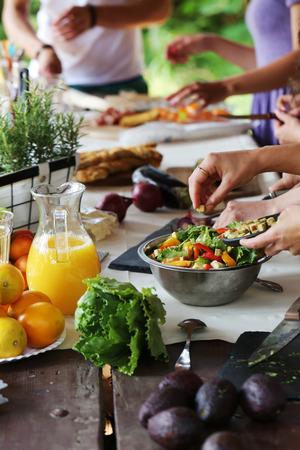 cocina saludable: Cocinar marco, comida. Mesa llena de comida