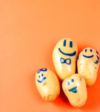 aliments droles: Pommes de terre avec le visage dr�le sur la table
