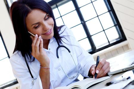 persona escribiendo: Medicina. Doctor hermoso en el hospital