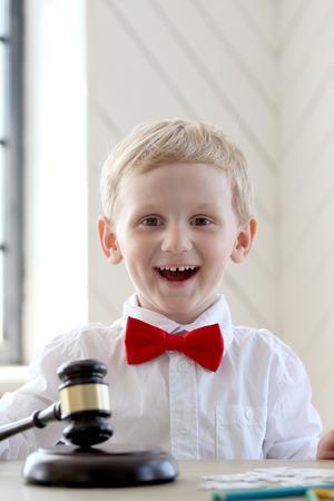 아이, 젊은. 집에서 귀여운 소년