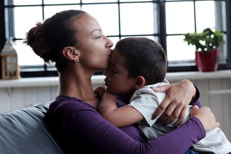 Familie. Schöne Mutter und ihre süßen Sohn