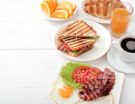 Delicioso desayuno en la mesa Foto de archivo - 45368972
