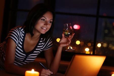 borracho: Hermosa morena con una copa de vino Foto de archivo