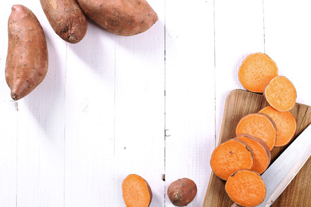 batata: Camote en la mesa de madera Foto de archivo