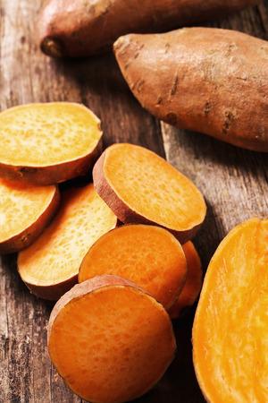 patatas: Camote en la mesa de madera Foto de archivo