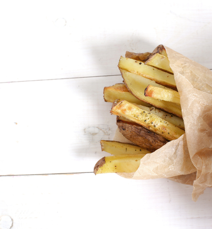 comida rápida: Fast food. French fries on the table
