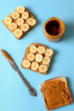 comiendo platano: Comida dulce. Delicioso pan de mantequilla de cacahuete con pl�tano Foto de archivo