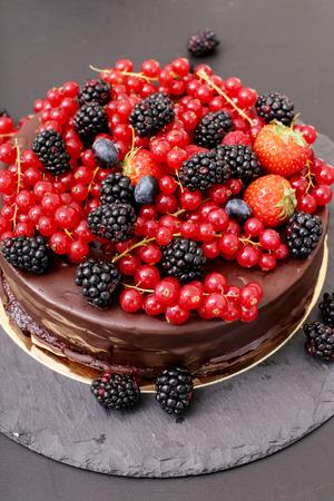 tortas de cumpleaños: Comida dulce. Delicioso pastel de chocolate con las bayas en la parte superior