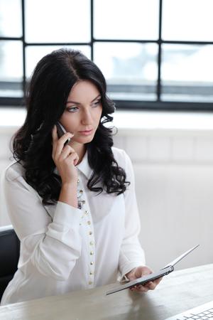 secretaria: Trabajo, secretario. Mujer hermosa en la oficina Foto de archivo