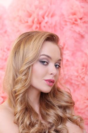 cabello rubio: Belleza. Mujer magnífica con el pelo rubio Foto de archivo
