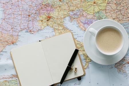 旅行。テーブルの上の地図の旅