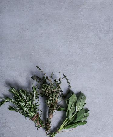kulinarne: Kulinarny. Zioła na stole Zdjęcie Seryjne