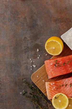 salt: Salmones sin procesar en la mesa