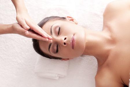 masajes relajacion: Mujer hermosa en salón del balneario Foto de archivo