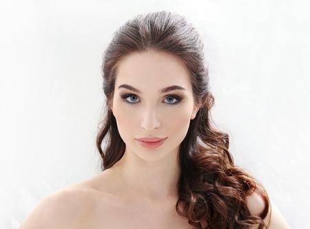 cabeza femenina: Belleza. Mujer con maquillaje linda