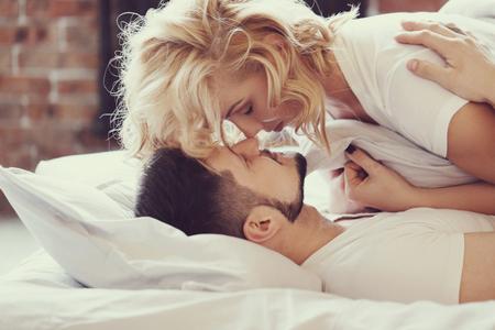 pareja en la cama: Estilo de vida. Bella pareja en la cama Foto de archivo