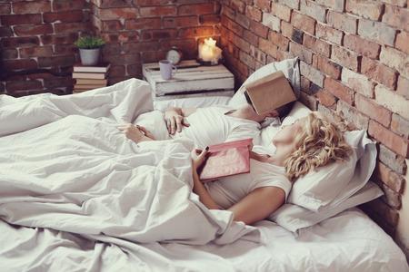luz natural: Estilo de vida. Bella pareja en la cama Foto de archivo