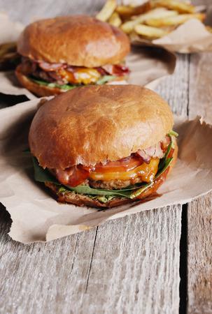 comida rapida: Hamburguesa deliciosa en la mesa