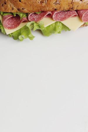 comidas rapidas: Delicioso emparedado largo sobre la mesa