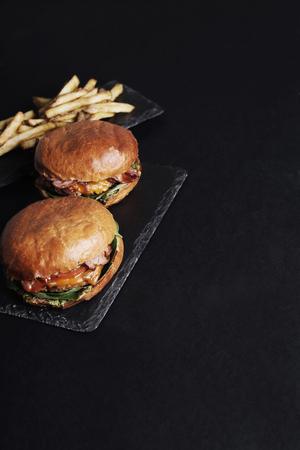 comidas rapidas: Hamburguesa deliciosa en la mesa