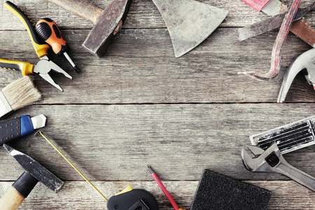 hardware: Varias herramientas de bricolaje en la mesa Foto de archivo