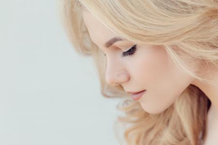 femme blonde: Belle femme avec les cheveux blonds