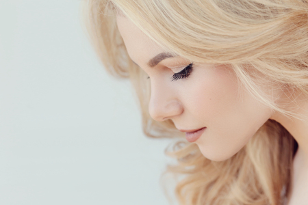 cabello rubio: Mujer hermosa con el pelo rubio