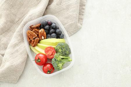 Gezond eten. Lunchbox op de tafel