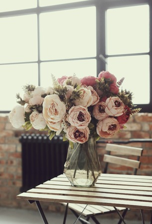 luz natural: Beautiful bouquet by the window