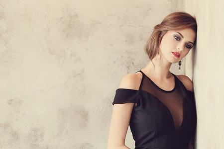 traje de gala: Mujer encantadora en vestido de noche
