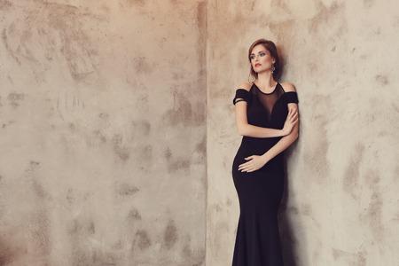 vestido de noche: Mujer encantadora en vestido de noche