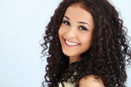 Krásná žena s kudrnatými vlasy