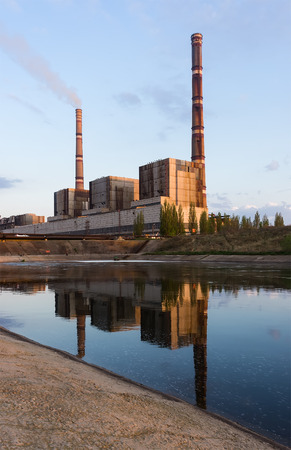 paesaggio industriale: coal power plant with reflection at dusk, industrial landscape