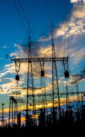 torres el�ctricas: torres de alta tensi�n y l�neas el�ctricas, transformadores al atardecer