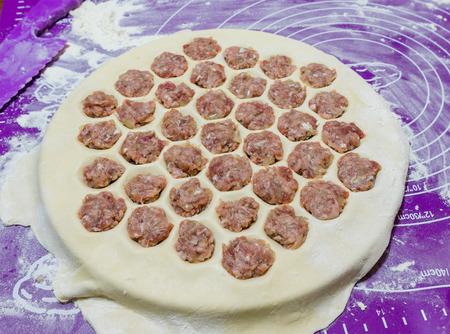 carne picada: Pelmeni - raviolis rusos. proceso de cocci�n. los pasteles de carne picada la carne cruda.