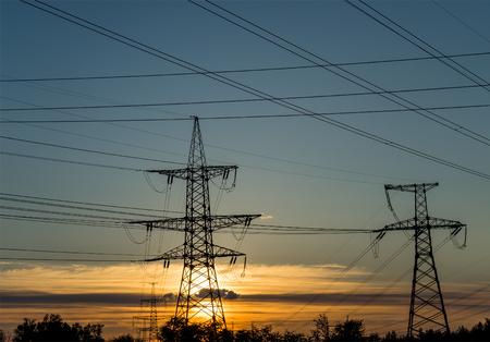 torres el�ctricas: pilones de electricidad de alta tensi�n contra el atardecer