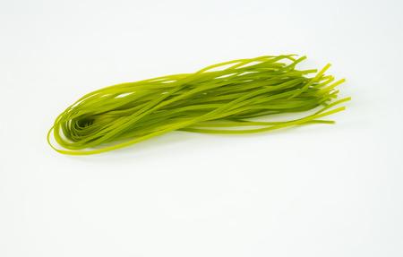 건강 식품 개념 : 다채로운 원시 이탈리아 파스타와 천연 식물성 염료의 종류